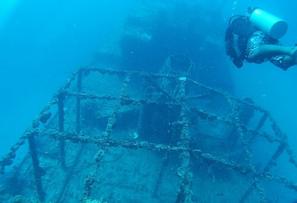 diving-in-maldives-wreck
