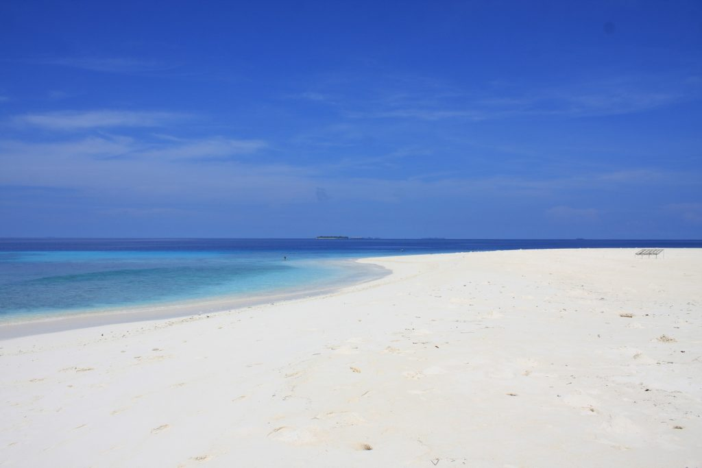 guide-to-budget-maldives-white-sand