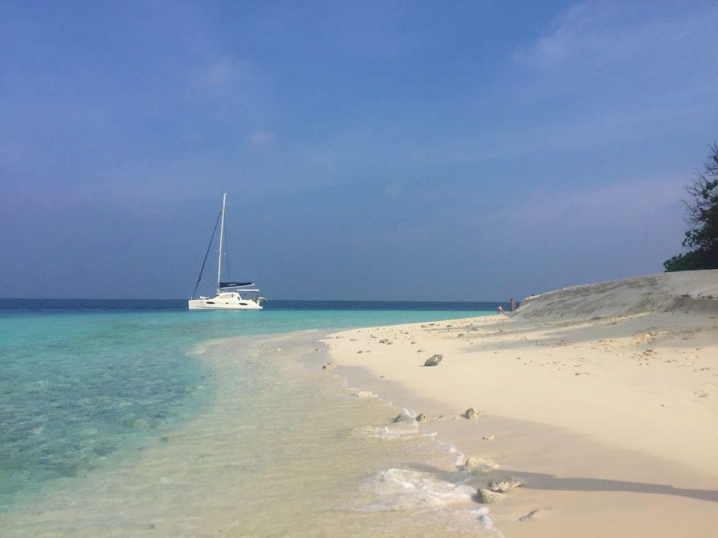 sailing-yacht-cingwe-beach-area